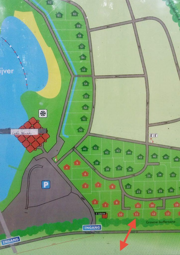 Plattegrond van het parkje. Zwaan 11 ligt aan de rand van het parkje, naast een bijzonder rustige weg met eenrichtingsverkeer.